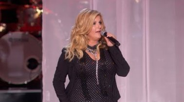 "Trisha Yearwood Honors Linda Ronstadt With A Soulful Cover Of ""You're No Good"""